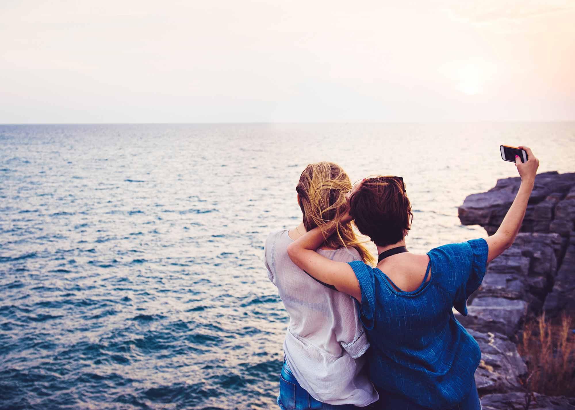 couple-selfie-sea